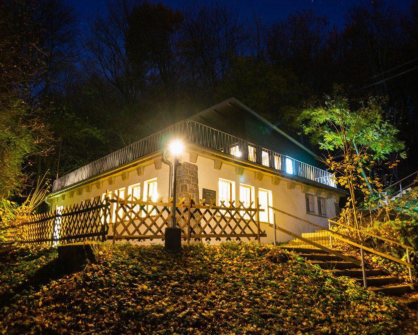 Starenkasten Haupthaus bei Nacht